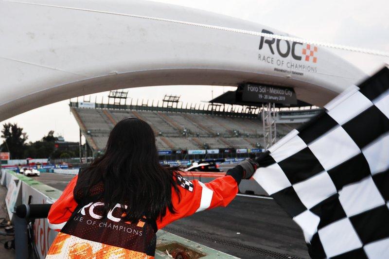 Un commissaire de piste agite le drapeau à damier
