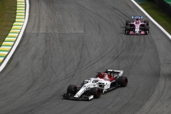 Marcus Ericsson, Sauber C37, voor Esteban Ocon, Racing Point Force India VJM11