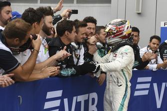 Lewis Hamilton, Mercedes AMG F1 met zijn monteurs in parc ferme
