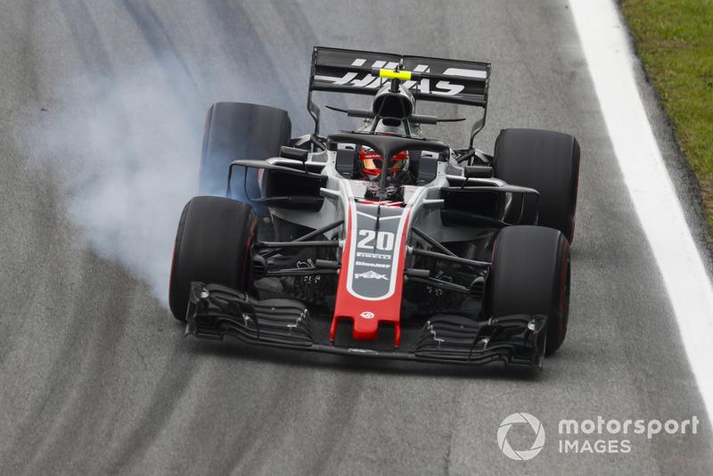 Kevin Magnussen, Haas F1 Team VF-18, bloquea una rueda delantera