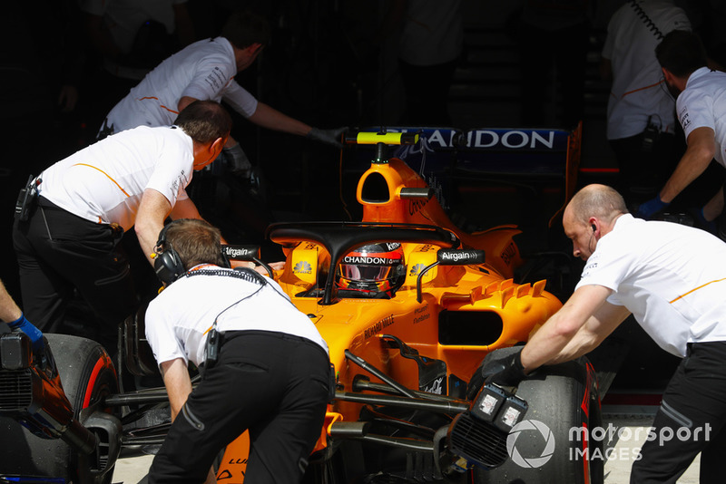 Stoffel Vandoorne, McLaren MCL33 Renault, is pushed into his pit garage