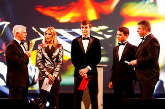 Le pilote Williams F1 George Russell, et le pilote McLaren F1 Lando Norris sur scène pour présenter le prix de pilote britannique national de l'année à Dan Ticktum, prix accepté par Derek Warwick