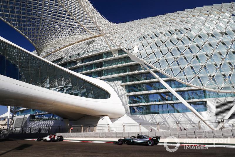 Antonio Giovinazzi, Sauber C37, por delante de Lewis Hamilton, Mercedes AMG F1 W09 EQ Power+
