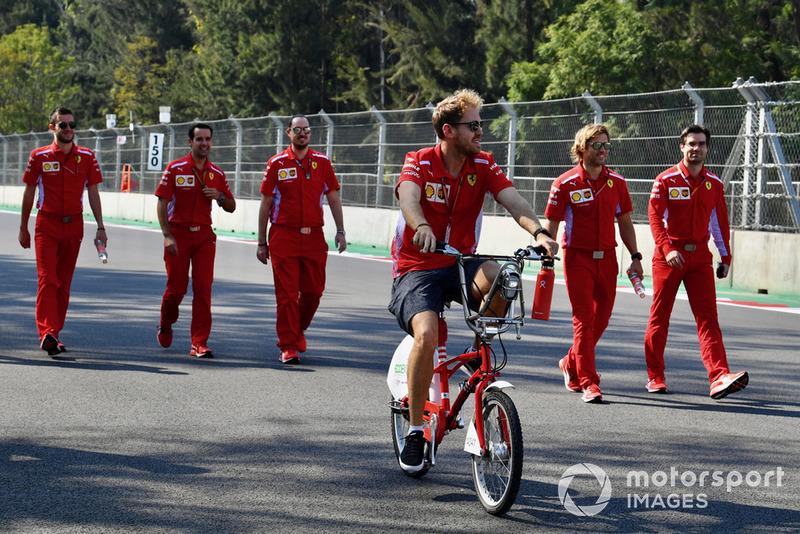 Sebastian Vettel, Ferrari monta una bicicleta en la pista