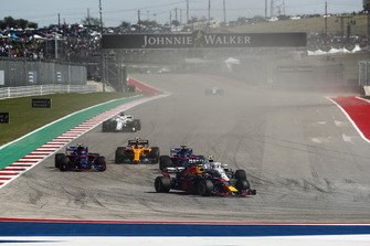 Max Verstappen, Red Bull Racing RB14, leads Sergey Sirotkin, Williams FW41, Brendon Hartley, Toro Rosso STR13, Pierre Gasly, Scuderia Toro Rosso STR13, Stoffel Vandoorne, McLaren MCL33, and the remainder of the field on the opening lap