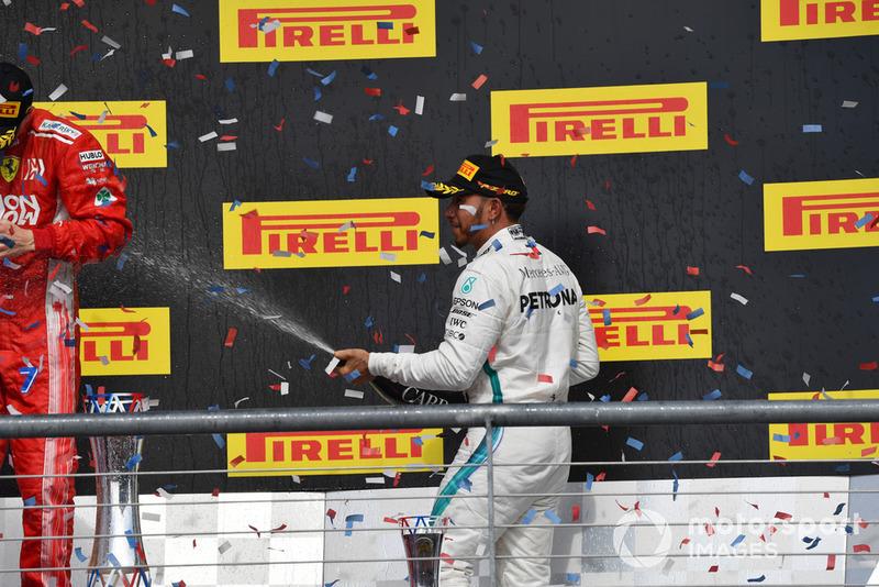 Lewis Hamilton, Mercedes AMG F1 sur le podium avec le champagne