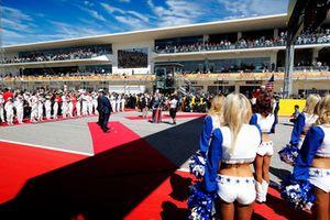 Grid Kid, piloti, dignitari, e le Cheerleader dei Dallas Cowboys, in griglia di partenza