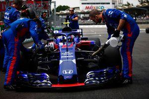 Mechanics work on Pierre Gasly, Scuderia Toro Rosso STR13, on the grid