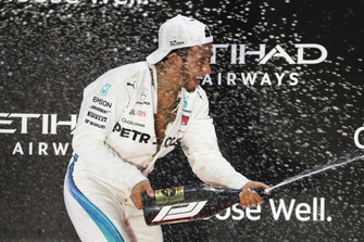 Lewis Hamilton, Mercedes AMG F1, 1° classificato, spruzza l'acqua di rose sul podio