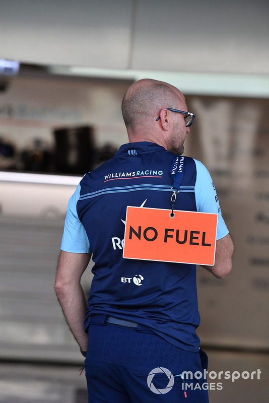 Williams Racing mecánico con señal de combustible