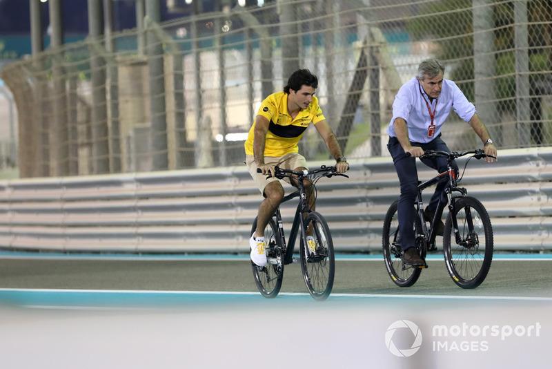 Carlos Sainz Jr., Renault Sport F1 Team recorre la pista con su padre Carlos Sainz.