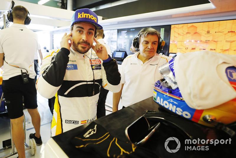 Fernando Alonso, McLaren, se prepara en el garaje