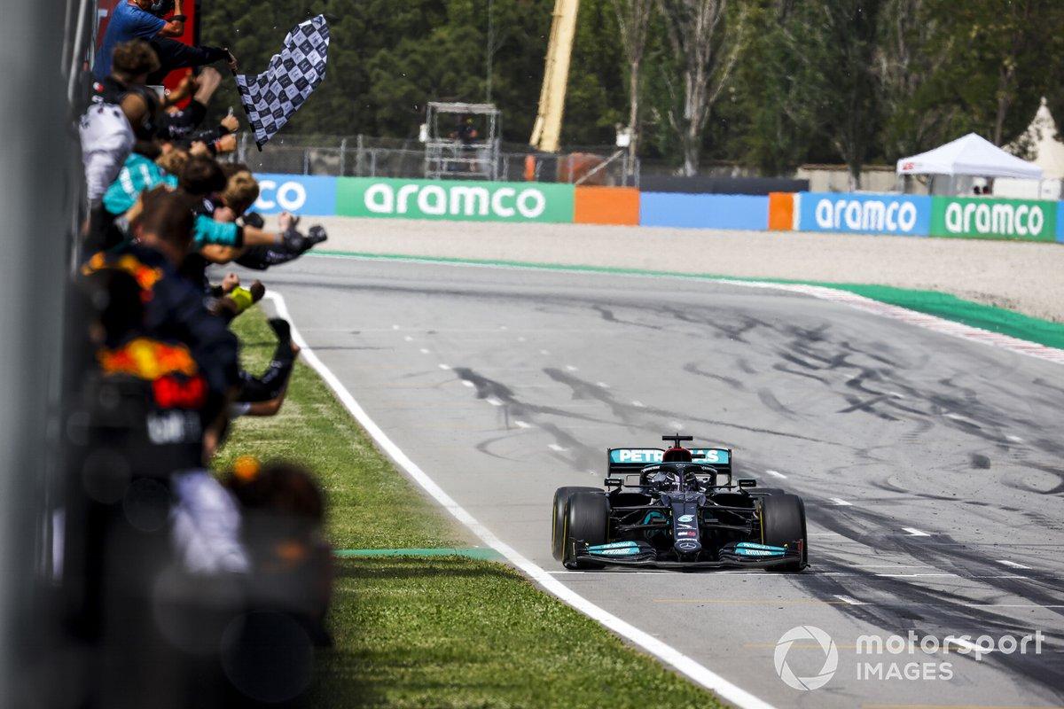 Lewis Hamilton, Mercedes W12, 1 ° posto, prende la bandiera a scacchi