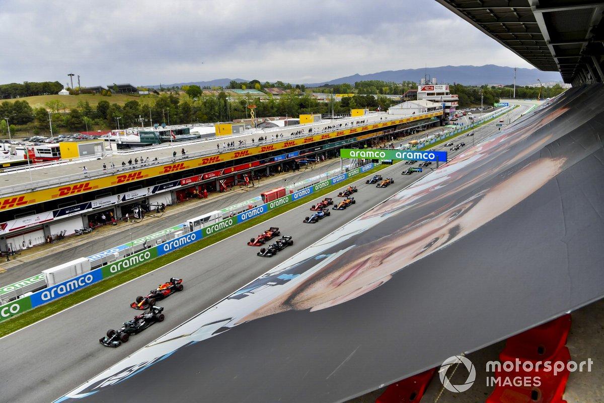 Lewis Hamilton, Mercedes W12, Max Verstappen, Red Bull Racing RB16B, Valtteri Bottas, Mercedes W12, Charles Leclerc, Ferrari SF21, y el resto de la parrilla antes de la salida