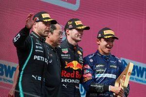 Valtteri Bottas, Mercedes, 2e plaats, Toyoharu Tanabe, F1 technisch directeur Honda, Max Verstappen, Red Bull Racing, 1e plaats, en Lando Norris, McLaren, 3e plaats, op het podium
