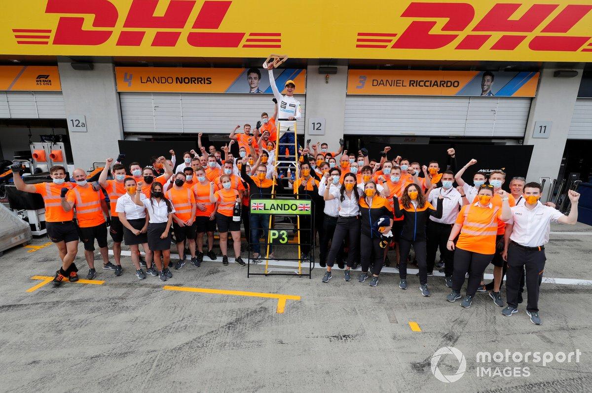 Lando Norris, McLaren, tercera posición, Daniel Ricciardo, McLaren, Andreas Seidl, director del equipo McLaren, y el equipo McLaren celebran