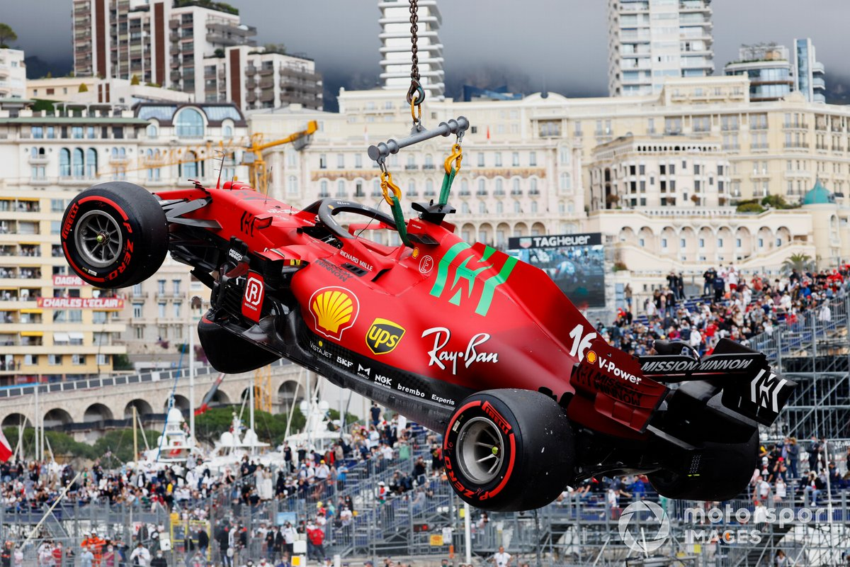 El monoplaza de Charles Leclerc, el Ferrari SF21, en una grúa