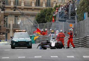 Marshal aiutano Mick Schumacher, Haas VF-21, dopo il suo incidente in FP3