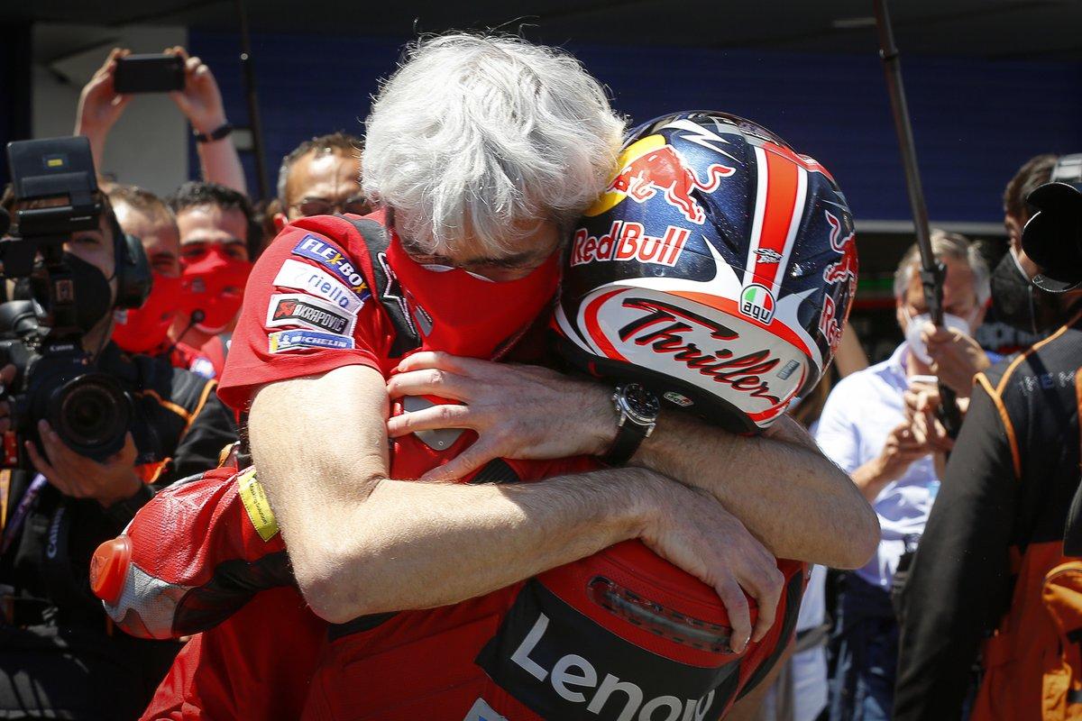 Ganador de la carrera Jack Miller, Ducati Team celebra con Gigi Dall'Igna, director de Ducati Team