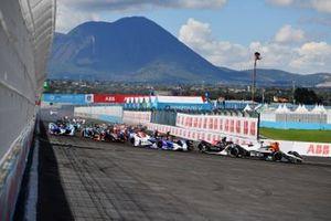 Edoardo Mortara, Venturi Racing, Silver Arrow 02, Jake Dennis, BMW I Andretti Motorsport, BMW iFE.21, Jean-Eric Vergne, DS Techeetah, DS E-Tense FE21, the remainder of the field at the start
