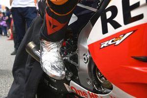 Pol Espargaro, Repsol Honda Team, stivale destro coperto di pellicola