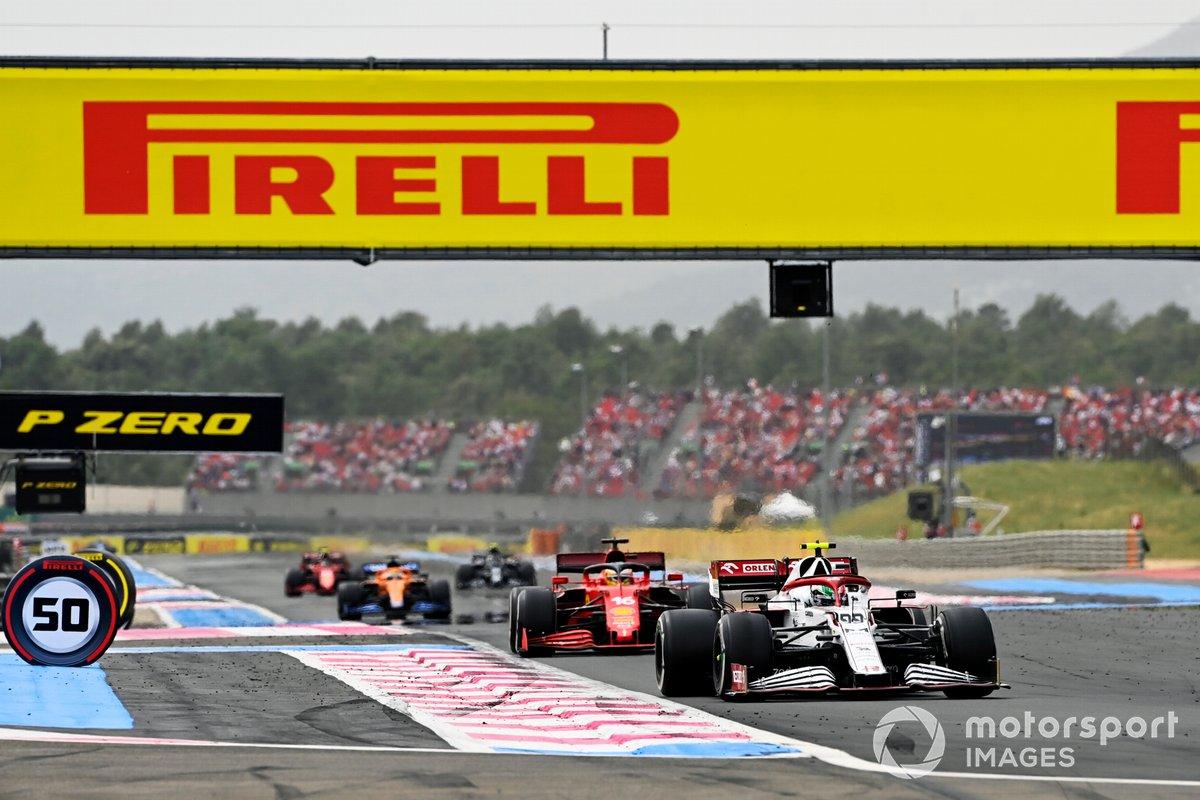 Antonio Giovinazzi, Alfa Romeo Racing C41, precede Charles Leclerc, Ferrari SF21, e Daniel Ricciardo, McLaren MCL35M