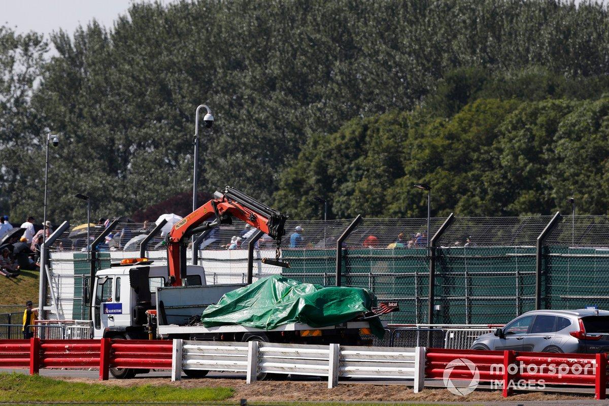 L'auto di Max Verstappen, Red Bull Racing RB16B, riportata al garage