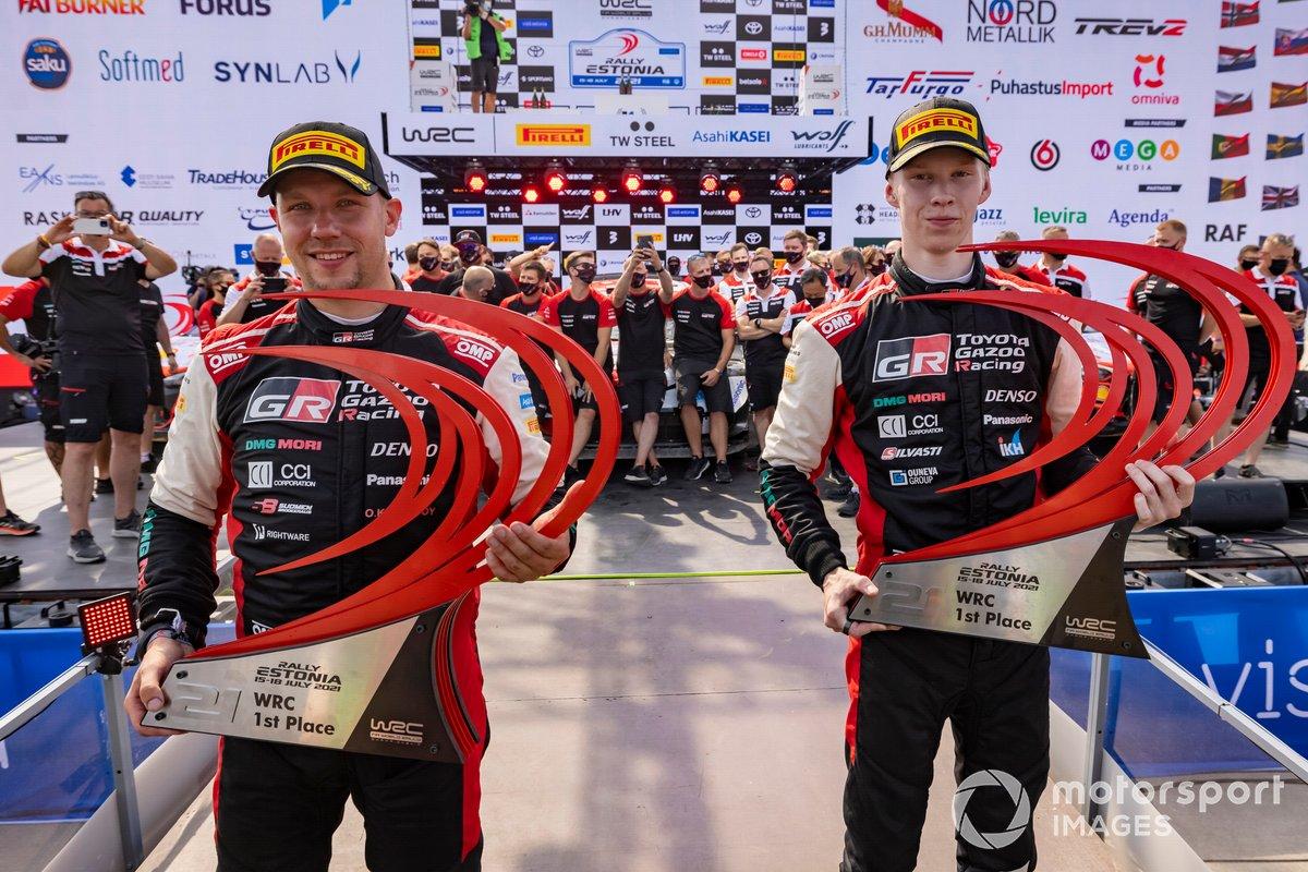 Podio: ganadores Kalle Rovanperä, Jonne Halttunen, Toyota Gazoo Racing WRT Toyota Yaris WRC