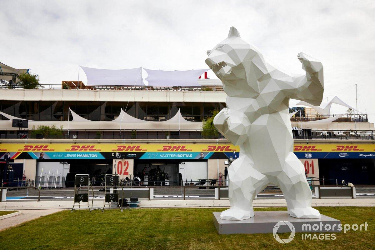 Escultura de un oso en el Circuito Paul Ricard