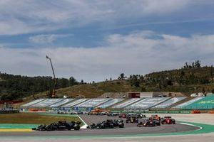 Valtteri Bottas, Mercedes W12, Lewis Hamilton, Mercedes W12, Max Verstappen, Red Bull Racing RB16B, Carlos Sainz Jr., Ferrari SF21, en de rest van het veld tijdens de start