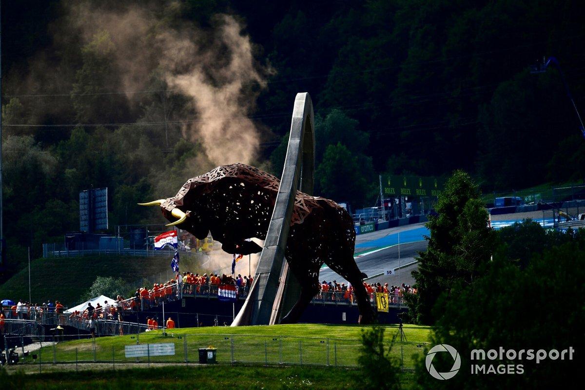 Fans holandeses cerca de la escultura del Toro en el circuito