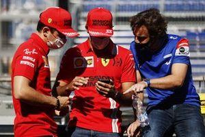 Charles Leclerc, Ferrari, Carlos Sainz Jr., Ferrari, e Fernando Alonso, Alpine F1