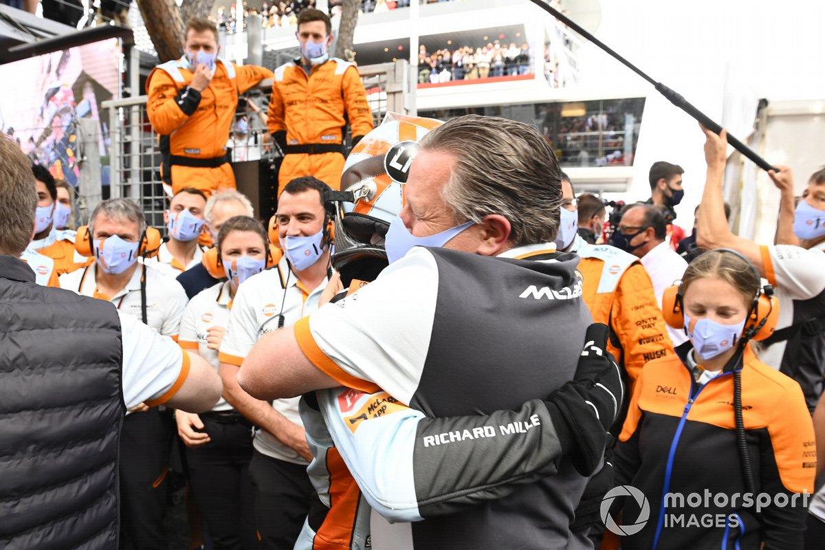 Lando Norris, McLaren, 3ª posición, Zak Brown, CEO de McLaren Racing, y el equipo McLaren celebran en el Parc Ferme