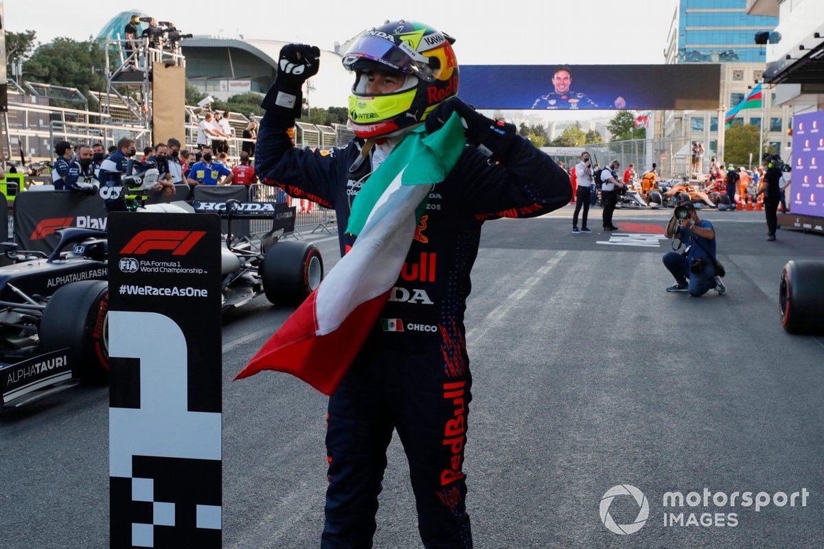 Ganador Sergio Pérez, Red Bull Racing celebra en el Parc Ferme