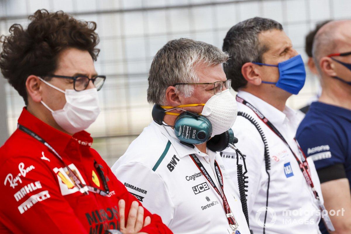 Mattia Binotto, director del equipo Ferrari, Otmar Szafnauer, director del equipo Aston Martin F1, Guenther Steiner, director del equipo Haas F1, y otros guardan un minuto de silencio por el fallecido Mansour Ojjeh