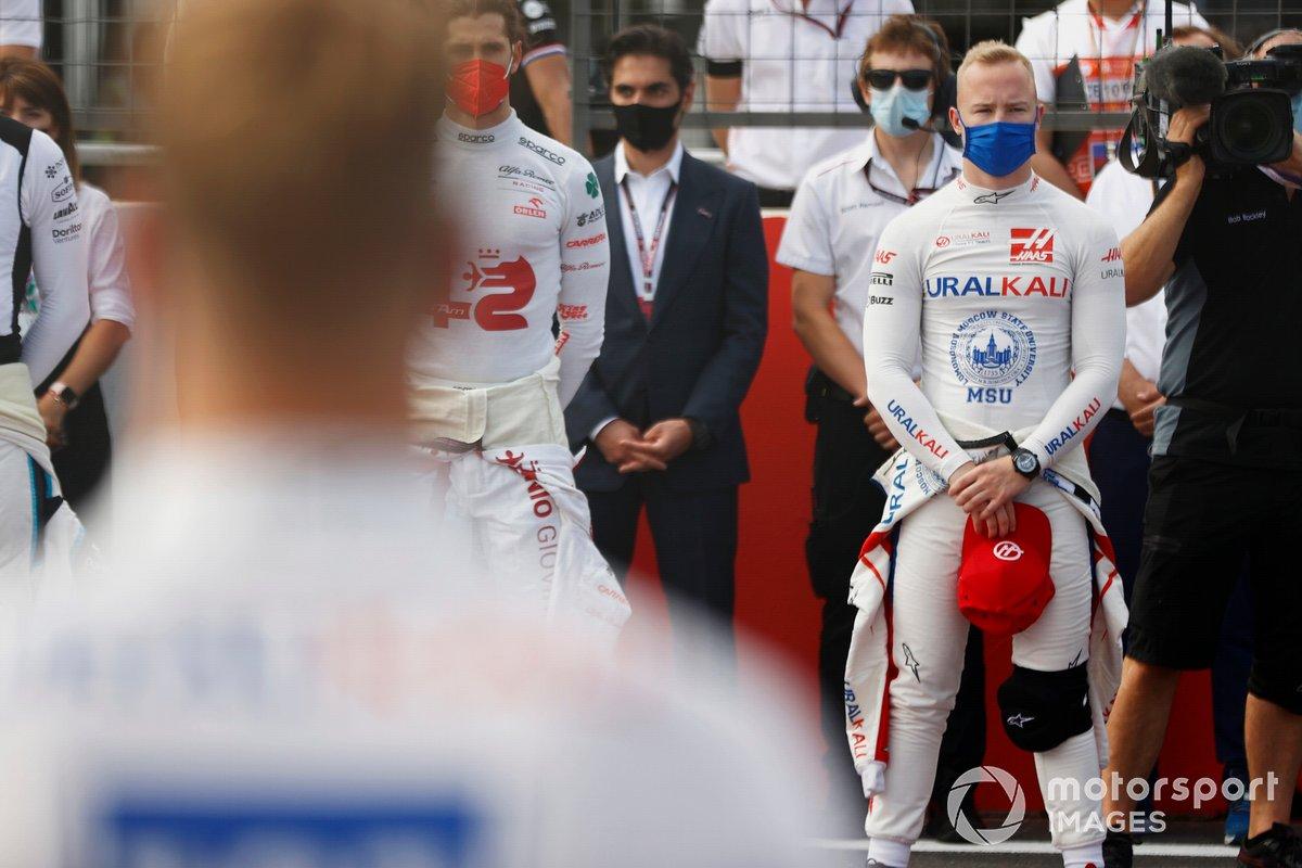 Antonio Giovinazzi, Alfa Romeo Racing, Nikita Mazepin, Haas F1, y los demás pilotos y personal guardan un minuto de silencio por el fallecido Mansoir Ojjeh en la parrilla de salida