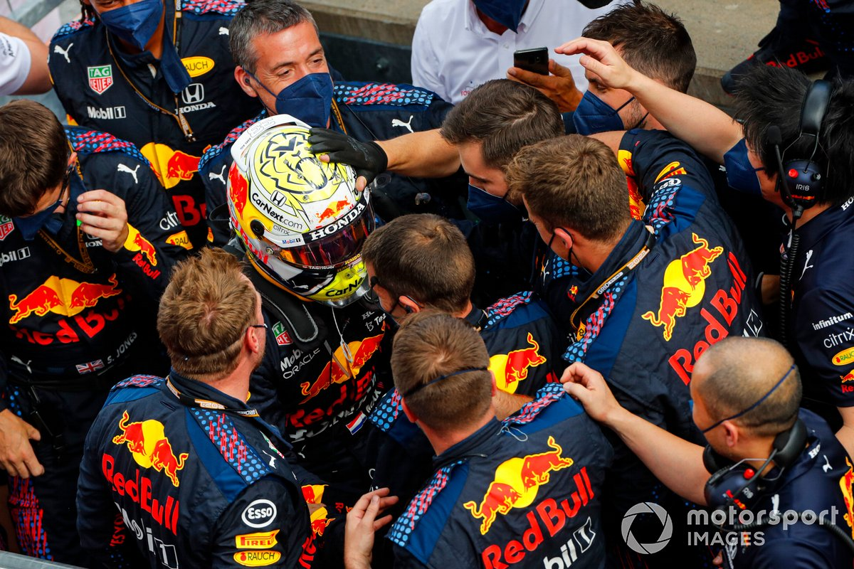 Ganador Max Verstappen, Red Bull Racing, celebra con su equipo en el Parc Ferme