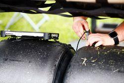 Un ingeniero de Pirelli registra algunos datos del neumático