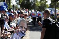 Valtteri Bottas, Mercedes AMG F1 W08, con fans