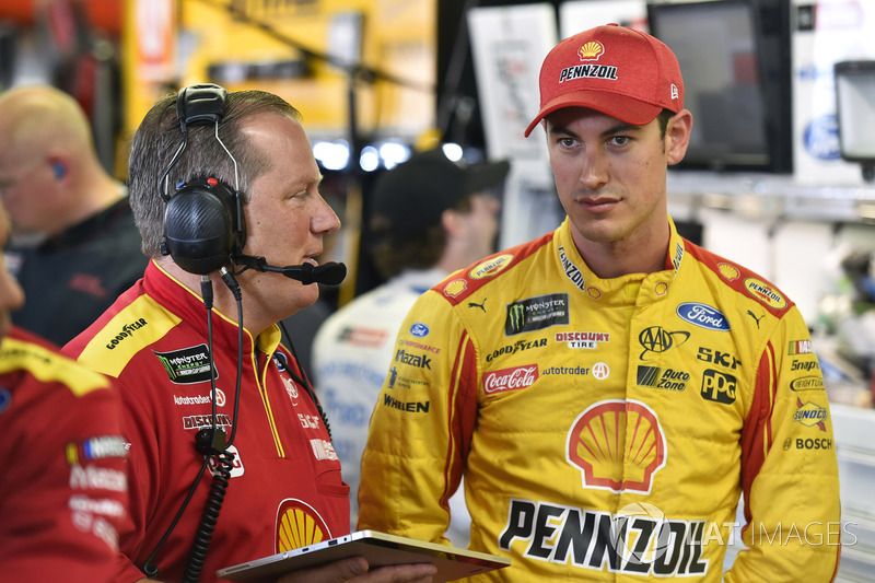 Joey Logano, Team Penske Ford, mit Crewchief Todd Gordon