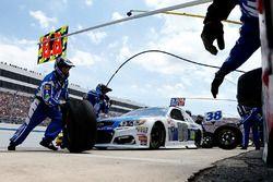 Dale Earnhardt Jr., Hendrick Motorsports Chevrolet, pit action