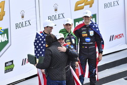 Les vainqueurs #10 Wayne Taylor Racing Cadillac DPi: Ricky Taylor, Jordan Taylor, Max Angelelli, Jeff Gordon avec Dario Franchitti