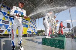 GTLM podio: ganadores de la carrera Antonio Garcia, Jan Magnussen, Corvette Racing, segundo Ryan Bri