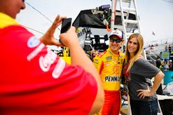 Joey Logano, Team Penske Ford, mit Fan
