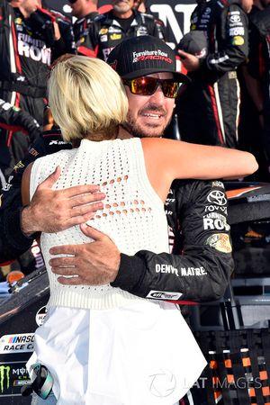 1. Martin Truex Jr., Furniture Row Racing Toyota, mit Freundin Sherry Pollex