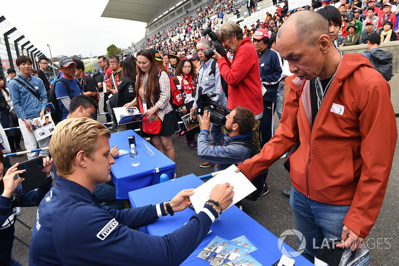 Marcus Ericsson, Sauber, signs autographs for the fans