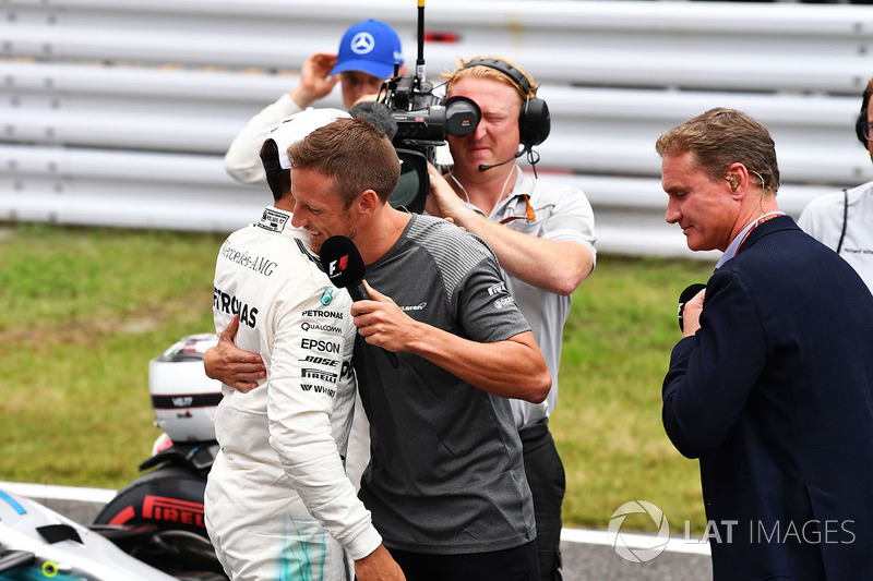 Poe sitter Lewis Hamilton, Mercedes AMG F1 and Jenson Button, in parc ferme
