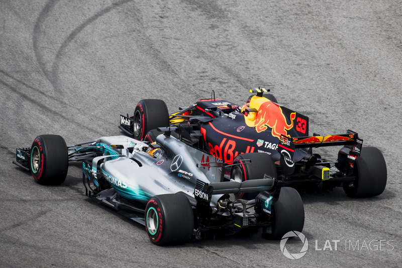 Max Verstappen, Red Bull Racing RB13, menyalip Lewis Hamilton, Mercedes AMG F1 W08, for the lead