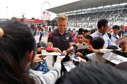 Kevin Magnussen, Haas F1 deelt handtekeningen uit