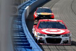Kyle Larson, Chip Ganassi Racing Chevrolet leads Martin Truex Jr., Furniture Row Racing Toyota